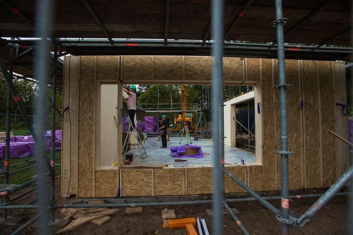 Als een bouwpakket van Ikea. De benedenverdieping van 'Tilburgs duurzaamste woning' is gisteren, gezet, vandaag volgt de etage.