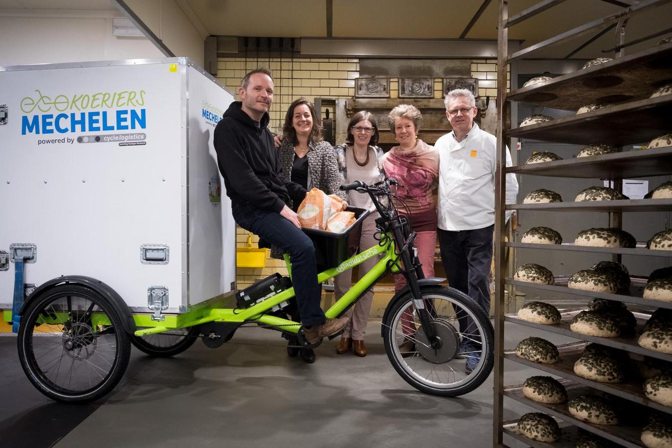 Juryt Schoovaerts, Veerle De Wael en Inneke Vos van EcoKoeriers poseren met Lutgart Lyen en Marc Van Eeckhout van BroodNodig.