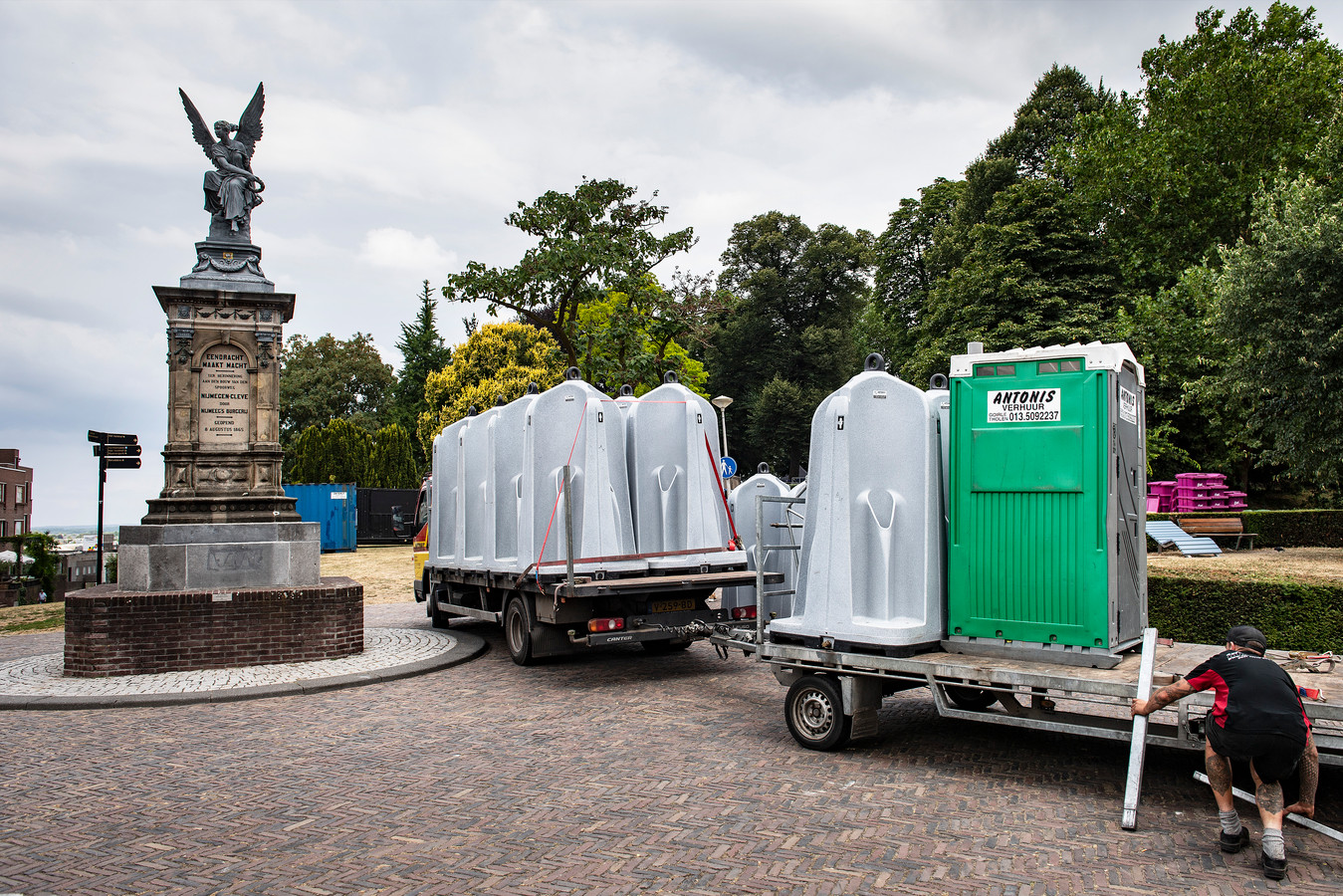 Mobiele toiletten bij het Valkhof.