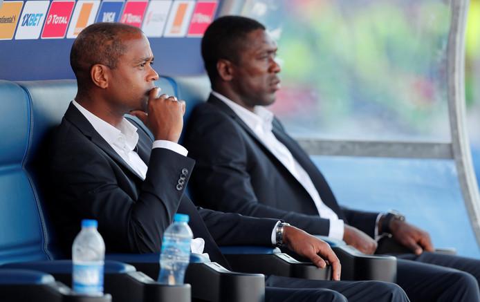 Patrick Kluivert en Clarence Seedorf op de bank tijdens de Afrika Cup.