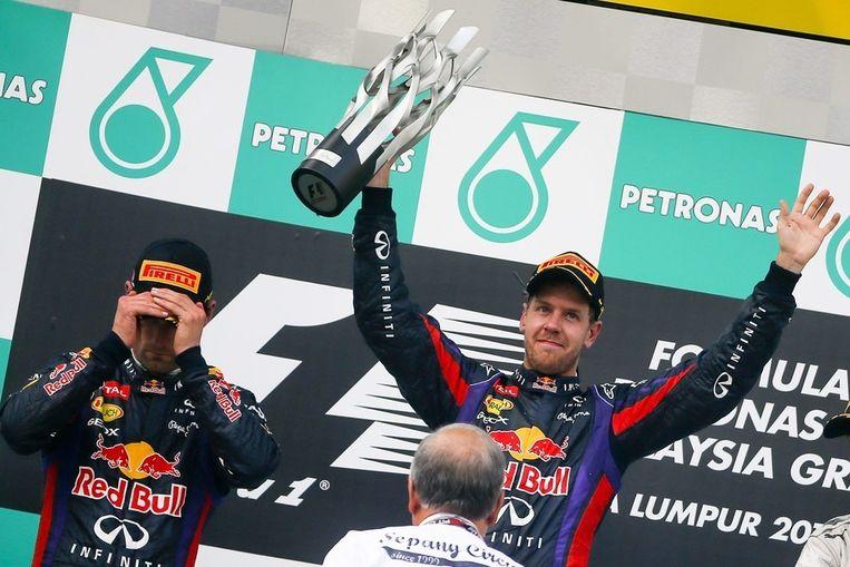 Vettel (rechts) viert zijn zege, zijn ploeggenoot Webber is niet blij. Beeld epa