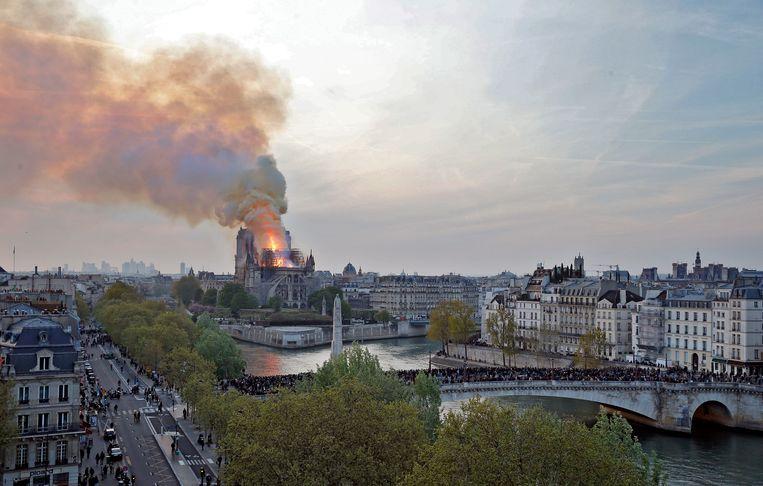 Rook en vlammen stijgen op uit de Notre Dame Kathedraal. Beeld Getty Images
