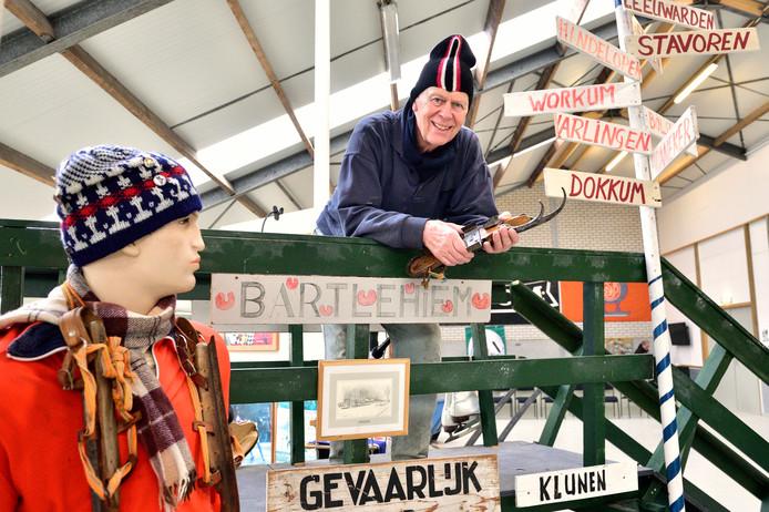 Peter Groen in cultureel centrum De Zevensprong in Nieuwkoop waar de collectie van het schaatsmuseum is ondergebracht.