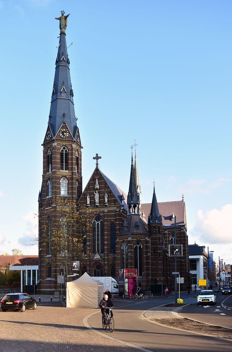 De Eindhovense kerk heet in de volksmond de Jezus Waaghalskerk, omdat Jezus op de torenspits staat 'klaar om te springen'.  Beeld null