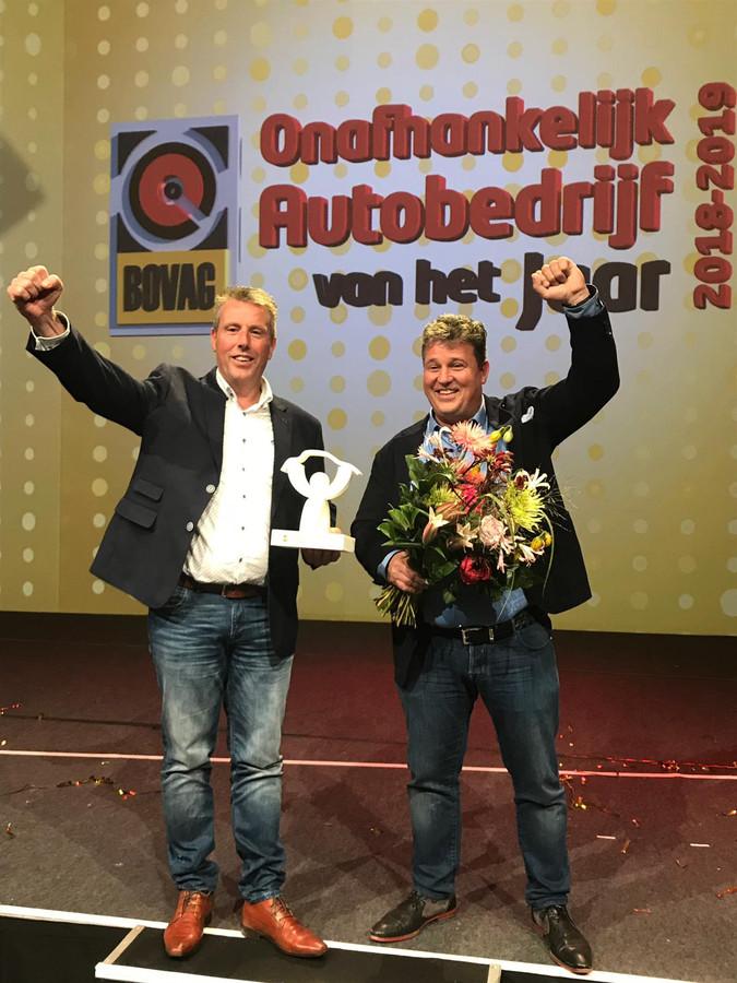 De broers Hans (links) en Gerard Haarhuis van AutoHaarhuis uit Geesteren, uitgeroep tot BOVAG Onafhankelijk Autobedrijf van het jaar.