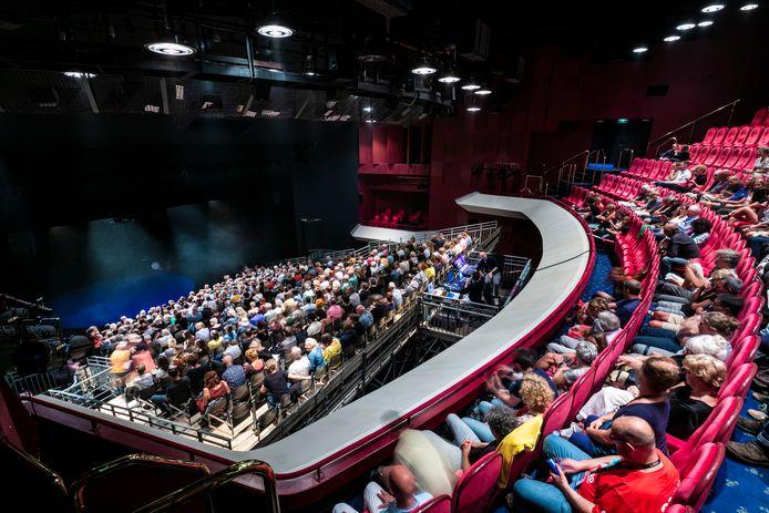 In de grote zaal van Theater aan de Parade is een tribune gebouwd.