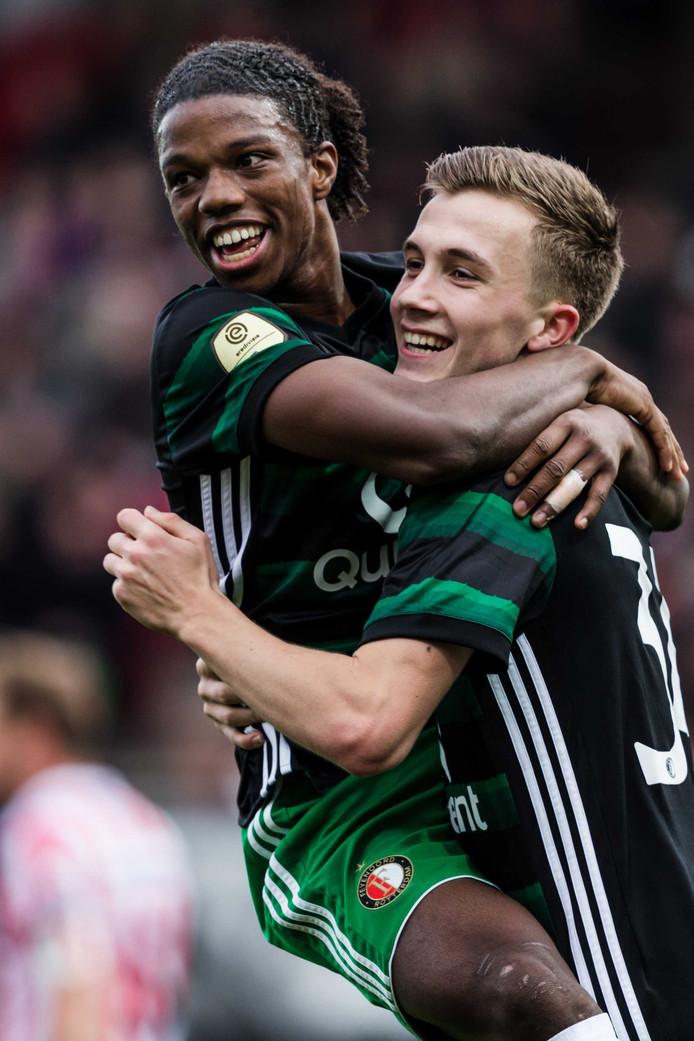 Feyenoord-talenten Tyrell Malacia (l) en Dylan Vente vieren feest bij de 0-7 overwinning op Sparta op zondag 17 december.