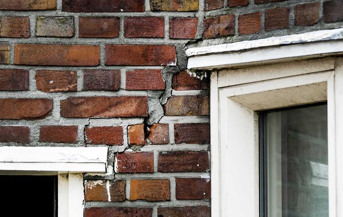 Scheuren in de gevel van een huis als gevolg van een slechte fundering. Ongeveer een miljoen huizen dreigen te verzakken. De droge zomer van vorig jaar heeft geleid tot laag grondwater en dat zorgt voor funderingsproblemen.