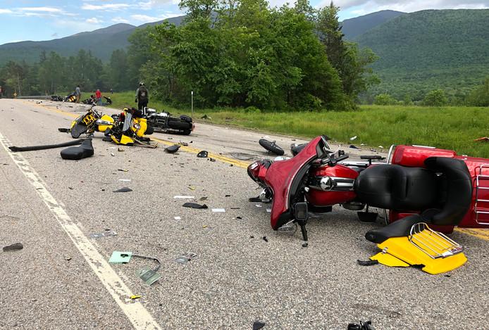Foto's tonen de motoren en wrakstukken die verspreid over de snelweg liggen.