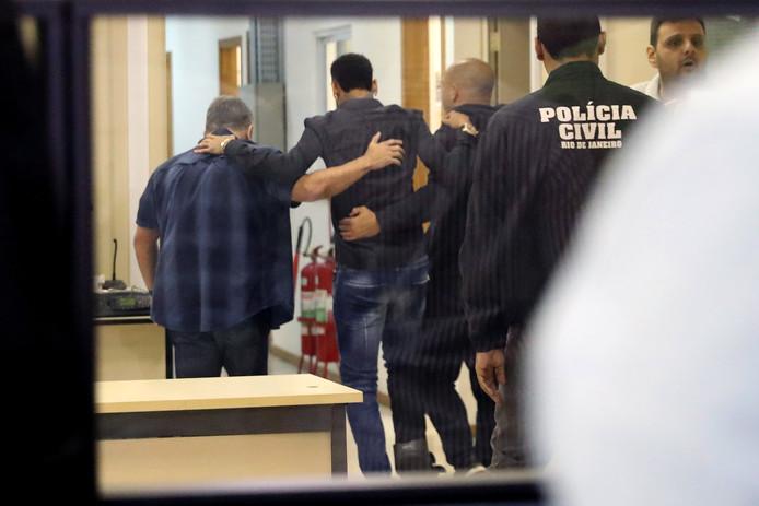 In het politiebureau wordt Neymar tijdens het lopen ondersteund vanwege gescheurde enkelbanden.