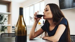Verslaving loert om de hoek in coronatijden: zo weersta je te veel drank, eten, online shoppen of gamen