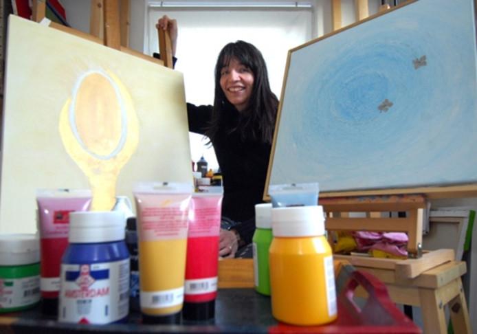 """De Borculose Geja Wassink maakte schilderijen als therapie. """"Ik hou niet van gepriegel. Ben meer van de grote gebaren"""", zegt zij. foto Rikkert Harink"""