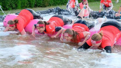 Vrouwen duiken de modder in voor Think-Pink