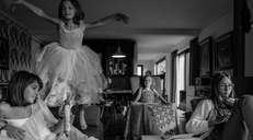 fotoreeks over 'Cocoonen': huiselijke ballerina's en vintage salons