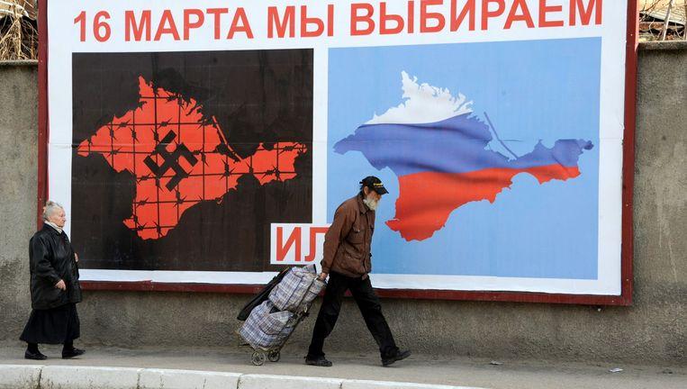 Verkiezingsposter, Sebastopol, 2014, met de keuze tussen een nazi-Krim en een Russische Krim. Beeld afp