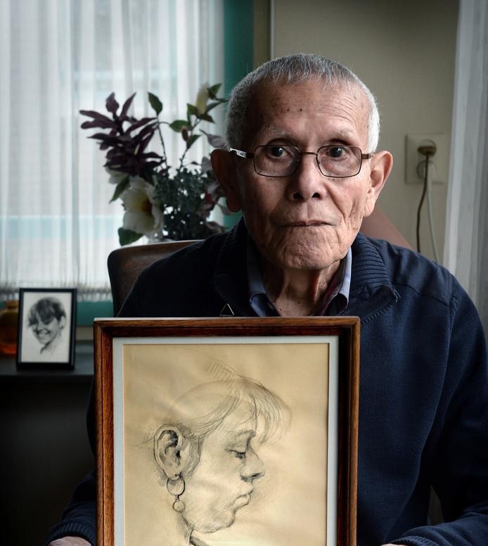 Karel Monsjou met een portret van zijn omgekomen dochter Ans. Hij kreeg het van een leraar die in de trein tegenover haar zat. Hij tekende haar toen ze sliep. Foto: Marcel van den Bergh