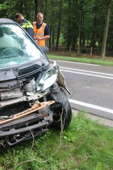 Auto schampt vrachtwagen in Harderwijk
