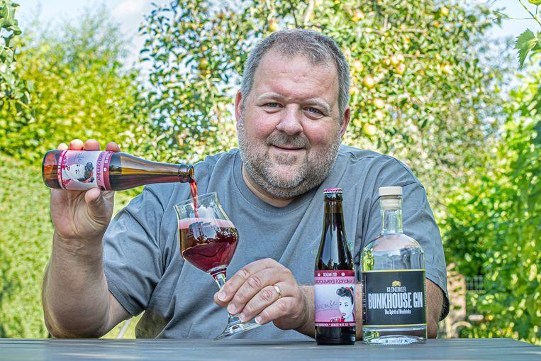 Dirk Cnockaert met zijn nieuwe fruitbier Francoise en de nieuwe Bunkhouse Gin.