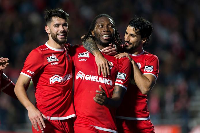 Antwerp-scherpschutters Dieumerci Mbokani (m) en Lior Refaelov vieren samen met Antwerp's Ivo Rodrigues (l) een goal.