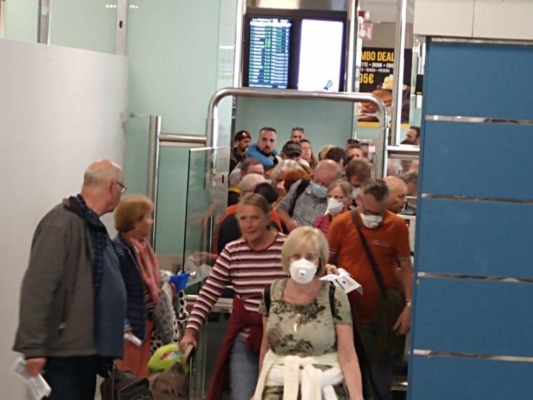 Op de luchthaven moesten de passagiers van wel drie verschillende vliegtuigen door één gate, één poortje.