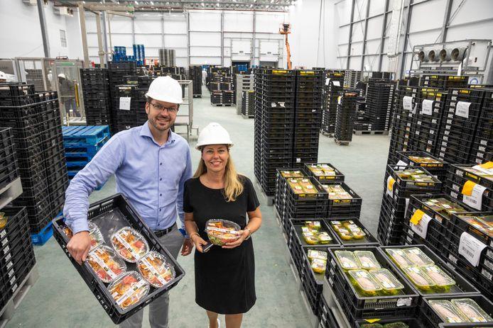 Archieffoto van de nieuwe productiehal van Plukon in Wezep, in 2018. Harm Kuipers en Gerda Zijlstra toonden destijds enkele producten.