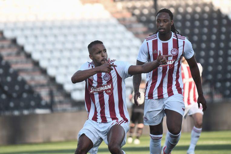 Youssef El-Arabi (l) viert met Ruben Semedo de enige goal van de match.