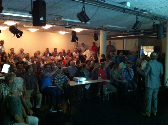 Veel bewoners in het kleine zaaltje voor een presentatie. Foto Matthijs Oppenhuizen