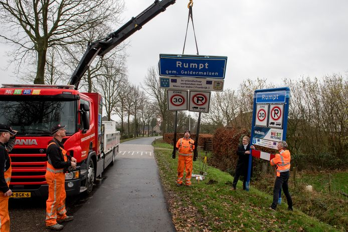 Burgemeester Harry Keereweer (tweede van rechts) helpt een handje bij omruilen van een kombord in Rumpt.