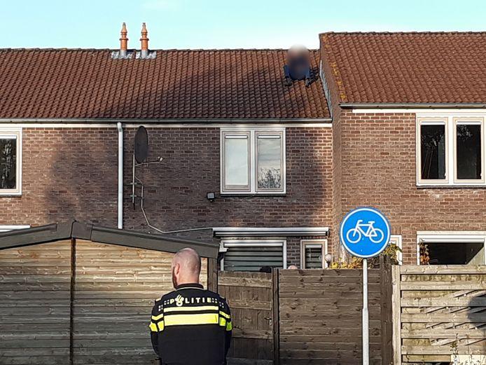 Hij klom op het dak van een woning aan de Roos Vosstraat in Tiel.