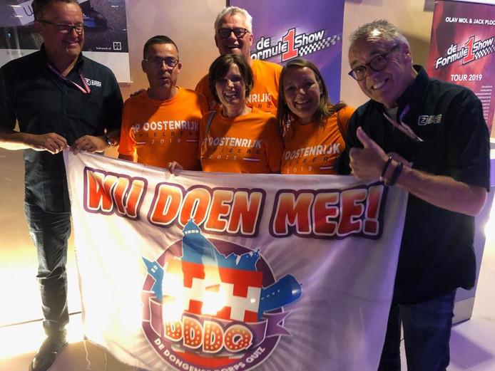 Enkele teams die al een foto hebben ingestuurd met een bekende Nederlander en het logo van de Dongense Dorpsquiz. Team 52 kreeg Olav Mol zover.
