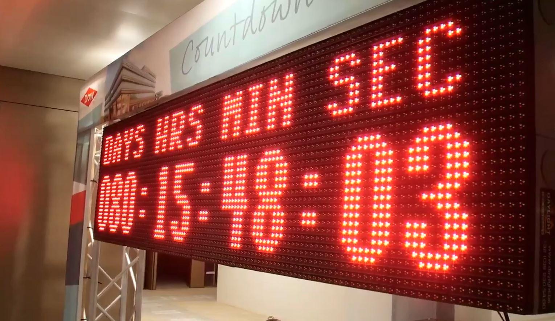 Op het LED-scherm tikken de secondes weg.