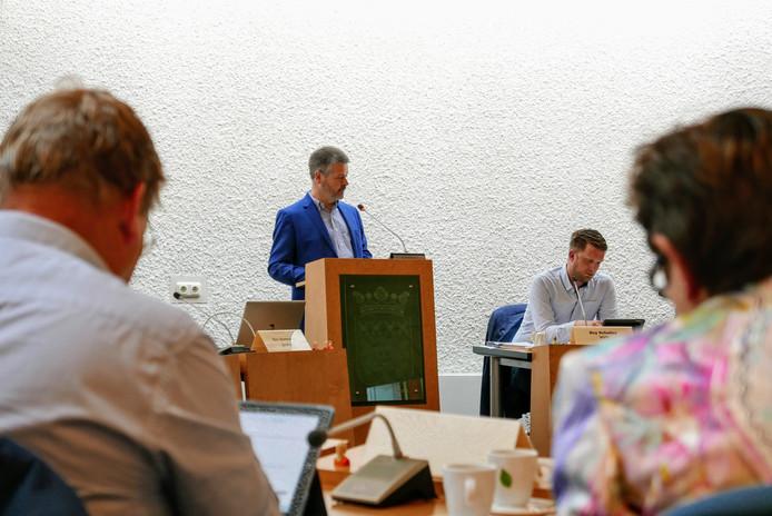 SGH-voorzitter Maarten van Dijck spreekt de gemeenteraad van Haaren toe.