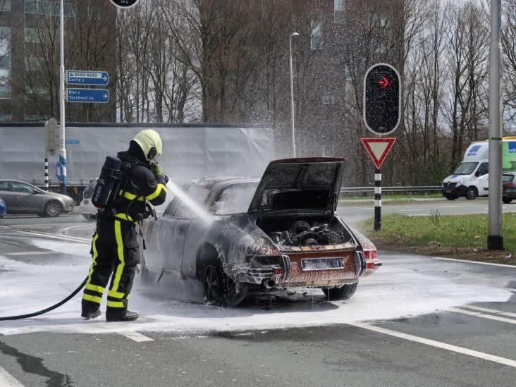 Porsche uit 1972 brandt uit op afrit A58 in Tilburg