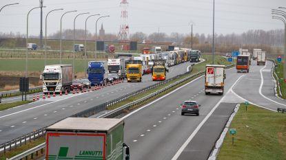Jongeman in levensgevaar na ongeval met vrachtwagen op E40 in Oostduinkerke