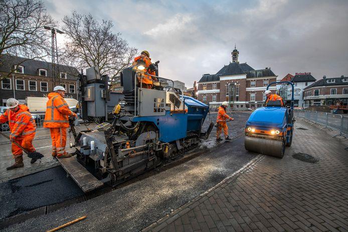 Asfalt erover, klaar.... De fontein op het Apeldoornse Marktplein bestaat niet meer. Daarmee komt er een einde aan een jarenlange soap.
