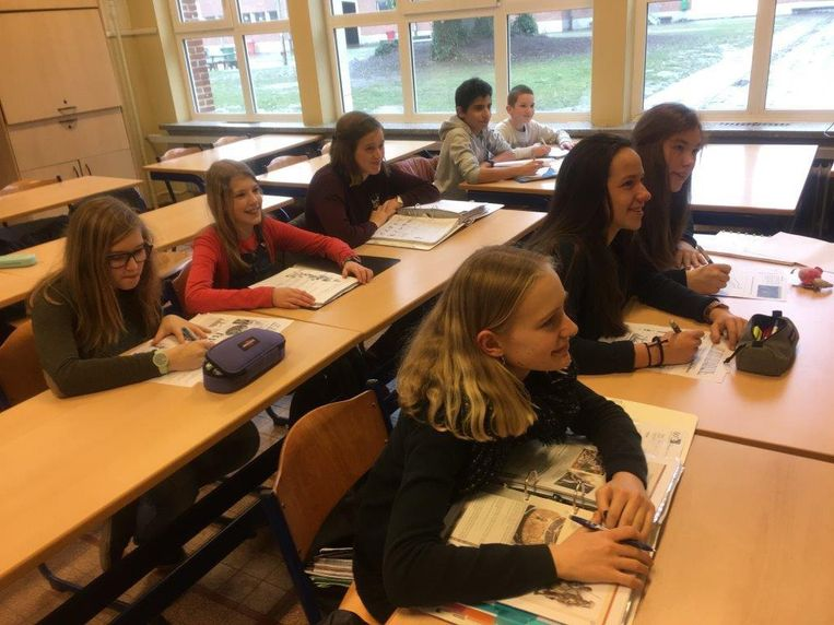 Enkele leerlingen van het GO! Atheneum volgens een les geschiedenis die in het Frans wordt gegeven.