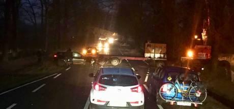 Automobilist rijdt zich vast onder aanhanger in Agelo