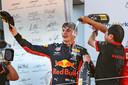 Max Verstappen wordt overgoten met champagne na zijn overwinning in Oostenrijk.