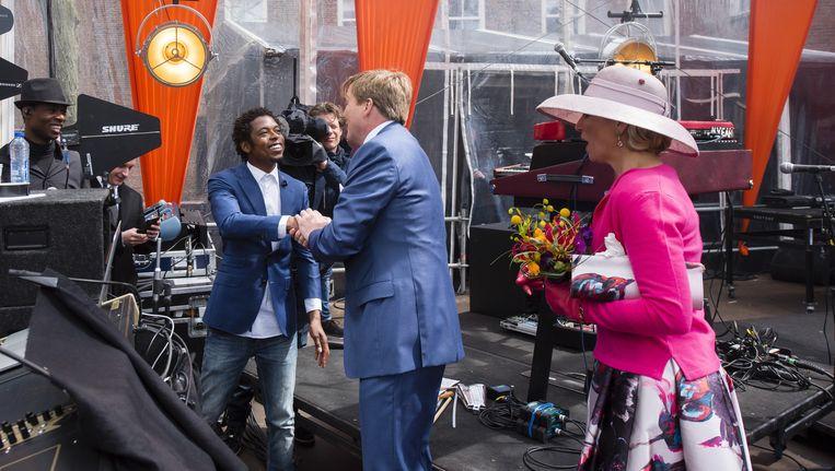 De koning en koningin ontmoeten rapper Typhoon op Koningsdag in 2016 na diens optreden. De titel van het advies van de Raad voor Cultuur (de balans, de behoefte) is ontleend aan zijn nummer 'surfer'. Beeld anp