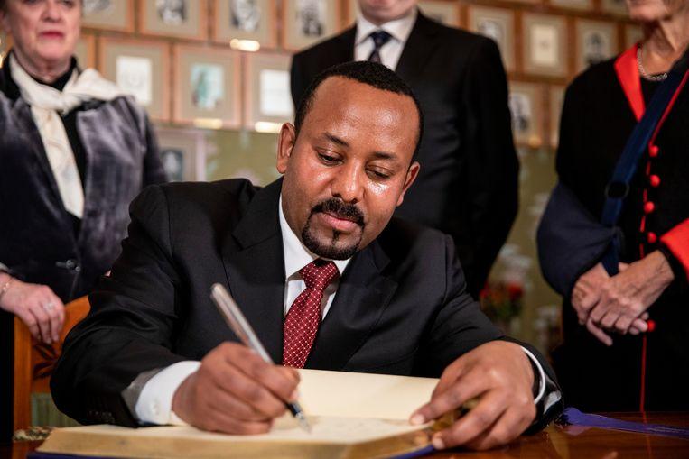 Abiy Ahmed ondertekende maandag een Nobelprotocol in Oslo.  Beeld Tore Meek/AP