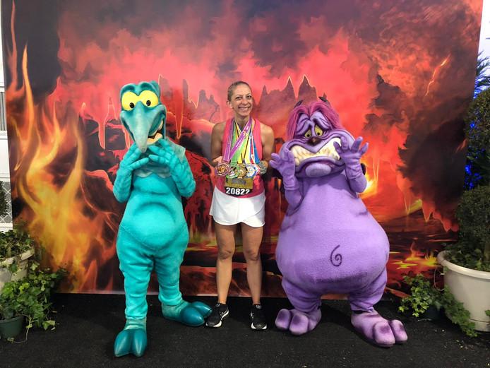 Natalie Sinke showt haar zes medailles na afloop van haar Amerikaanse Disney-loopvierdaagse.