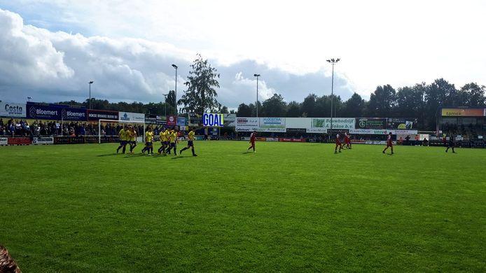 Staphorst (geel) viert één van de drie treffers die het maakte tegen Goes.