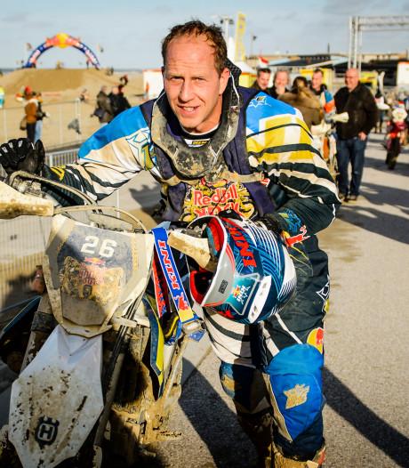Rintje Ritsma legt het op crossmotor af tegen vier Friese paarden