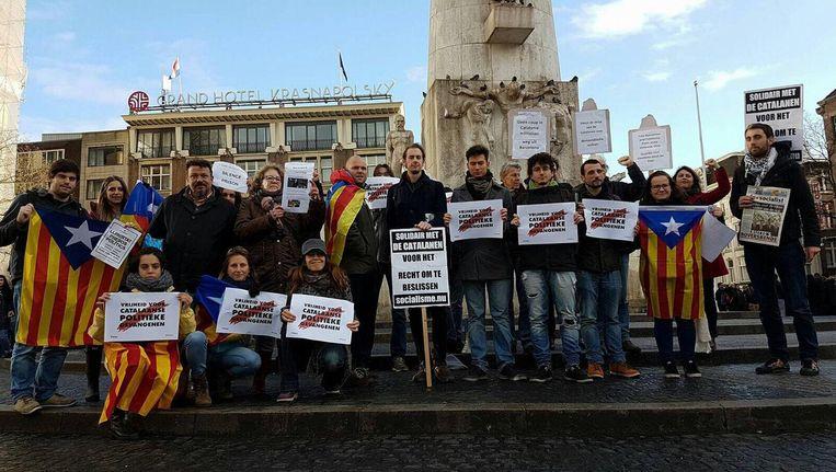 Mensen demonstreren op de Dam tegen de hachelijke situatie in Catalonië Beeld Oscar Brak