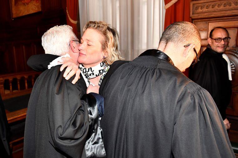 Delphine Boël omhelst haar advocaat na de rechtsaak bij het Hof van Cassatie.  Beeld AFP