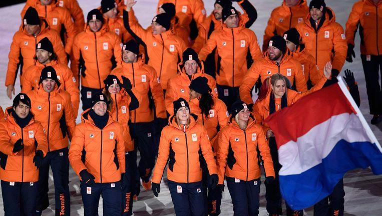 De Nederlandse sporters lopen het stadion binnen. De vlag werd gedragen door Jan Smeekens. Beeld AFP
