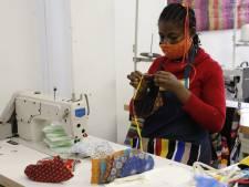 Geen kleurrijke zitzakken voor toeristen: dan maar mondkapjes 'made in Zuid-Afrika'