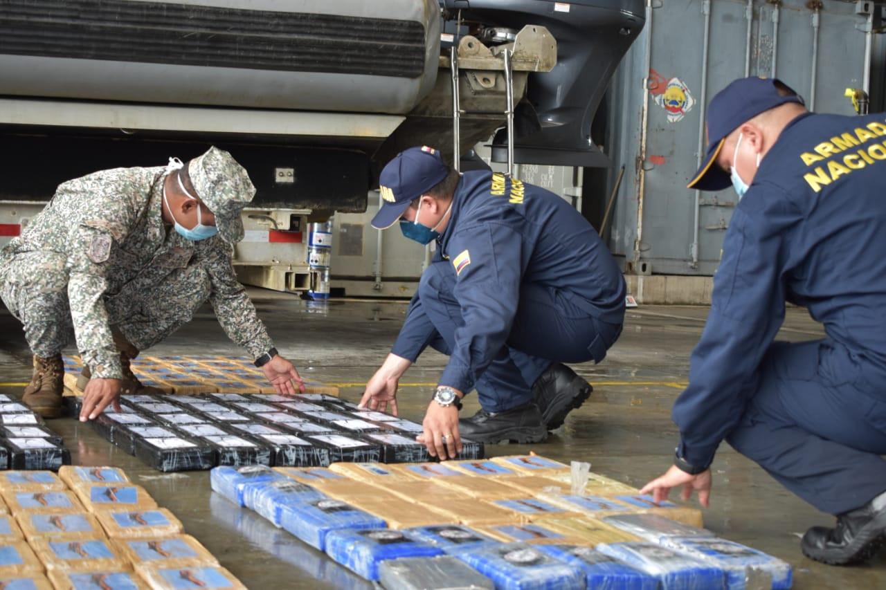 De Colombiaanse politie onderzoekt een grote drugsvangst. Tijdens de eerste coronaweken werd meer dan 1900 hectare cocaplantage ontmanteld