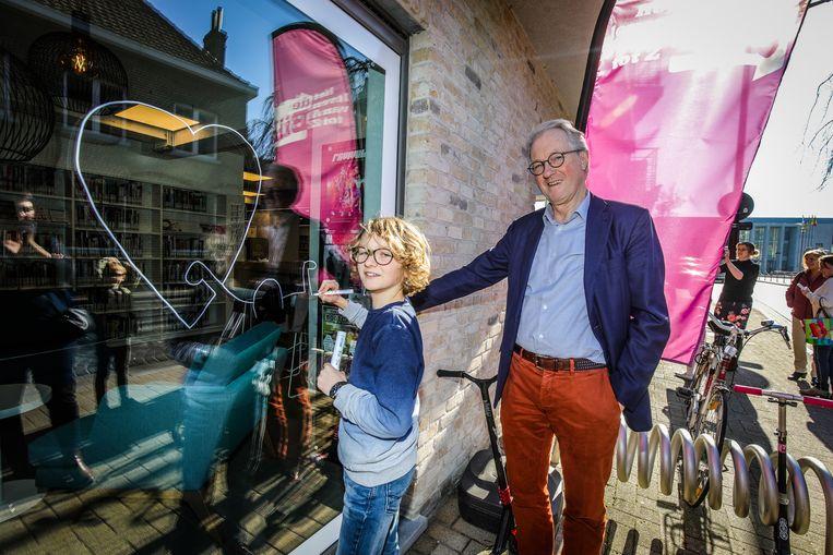 Schepen Magali Segers (Liberaal 2018) en burgemeester Jan Bekaert (WIT) kwamen een kijkje nemen terwijl onder meer Lars Vangeluwe zijn ding doet.