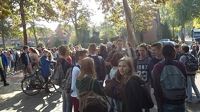 Honderden scholieren gingen in de pauze op clownsjacht. Foto: Matthijs Oppenhuizen